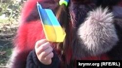 Девочка с украинской символикой на акции в честь 201-летия с Дня рождения Тараса Шевченко. Симферополь, 9 марта 2015 года