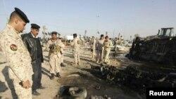 قوات أمنية عراقية تتفحّص موقع تفجير في كربلاء (الخميس)