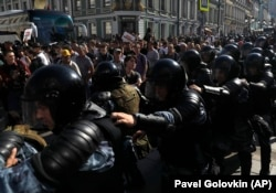 Полиция блокирует улицу во время митинга в центре Москвы, 27 июля 2019 года