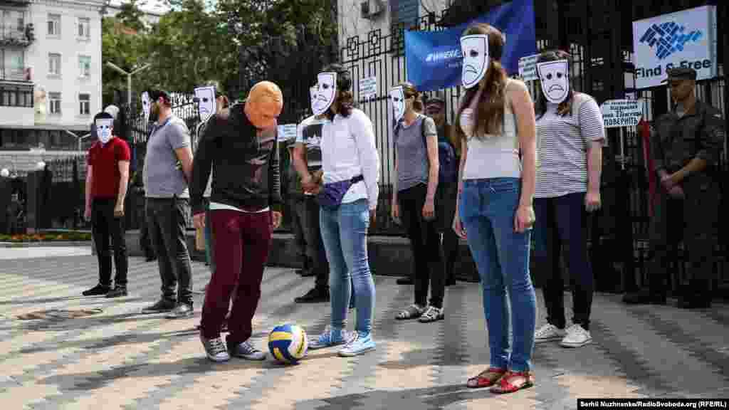 Цього разу активісти наочно показали, як «президент» Росії грає серцями і захоплює людей». Умовний Путін почав «грати з людськими життями», які нерухомо стояли біля входу до посольства