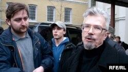 Лидеру запрещенных нацболов Эдуарду Лимонову не помешали участвовать в работе съезда
