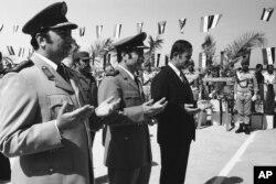 حافظ اسد در کنار وزیر دفاعش مصطفی طلاس در اکتبر ۱۹۷۴