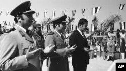 حافظ اسد (چپ) و وزیر دفاعش مصطفی طلاس (وسط) در مراسمی در دمشق در ۱۹۷۴