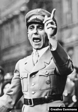Йозеф Геббельс выступает на нацистском митинге