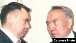 Рахат Алиев и Нурсултан Назарбаев беседуют в тихом уголке президентского дворца в 2001 году. Фото из книги Рахата Алиева «Крестный тесть».