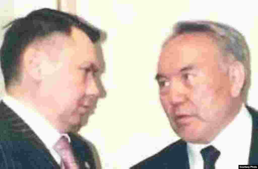Спустя четыре года казахстанские власти сообщили об обнаружении в Алматы останков банкиров, в похищении которых обвиняли Рахата Алиева. Генеральная прокуратура Казахстана предъявила Алиеву обвинения в убийстве сотрудников банка, передав материалы дела в Австрию, которая ранее отказала Астане в выдаче бывшего зятя президента. В 2014 году Рахат Алиев, как сообщалось, «добровольно явился в австрийскую полицию», затем был помещен в венскую тюрьму. Его нашли повешенным в одиночной камере в феврале 2015 года. Австрийские следователи пришли к заключению, что Алиев совершил суицид. На фото: президент Казахстана Нурсултан Назарбаев (справа) и Рахат Алиев.