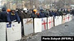 Противостояние между демонстрантами и сотрудниками правоохранительных органов в Киеве продолжается
