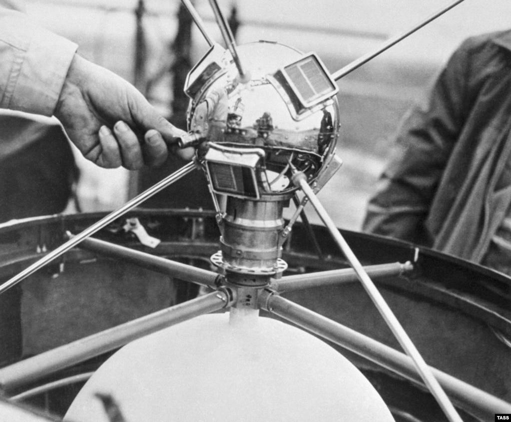 Vanguard был первым спутником, работавшим на солнечной энергии. Шесть лет он посылал на Землю слабые радиосигналы, а потом замолчал. Это самый старый произведенный человеком предмет, который продолжает пребывать в космосе.