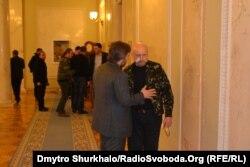 Олександр Турчинов і депутат-регіонал Вадим Новинський в кулуарах парламенту 20 лютого