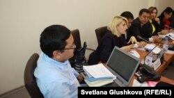 Журналист и активисты участвуют в работе группы по законопроекту о СМИ. Астана, 22 сентября 2017 года.