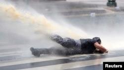 Թուրքիա - Ոստիկանությունը ջրցան մեքենաներ է կիրառում Անկարայի Կիզիլայ հրապարակում ցուցարարներին ցրելու համար, 16-ը հունիսի, 2013 թ.