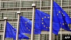 Флаги Евросоюза перед зданием Европейской комиссии в Брюсселе