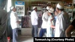 Имамы Кадамджайского района обходят магазины и призывают прекратить продавать алкоголь. Фото: Turmush.kg