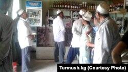 Qırğızıstan. Kadamzhai rayonunda imamlar dükanları gəzərək onları spirtli içkilər satmaqdan imtinaya çağırır.