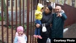 Huquq faoli Bahrom Hamroev politsiyadan chiqarilgan bolalar bilan