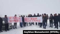 Жители села Жайнак на акции протеста. Жайнак, Илийский район, Алматинская область, 6 января 2020 года.