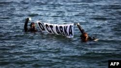 """Водолази разпънаха надпис """"Оставка"""" близо до правителствената резиденция """"Евксиноград"""" през август 2013 г., когато премиер беше Пламен Орешарски. Заради ограничения достъп в района, единственият начин да бъде проведена протестната акция беше по вода."""