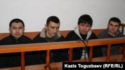 Четверо из группы узбекских беженцев-мусульман, которые были экстрадированы из Казахстана, во время суда над ними. Алматы, 11 марта 2011 года.