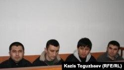 Четверо из 29 узбекских беженцев-мусульман (второй справа - Олимжон Холтураев) в ожидании судебного заседания в Алмалинском районном суде. Алматы, 11 марта 2011 года.