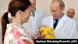 Соли 2011. Президенти Русия Владимир Путин аз як зоишгоҳи шаҳри Калининград дидан мекунад