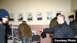 Полиция үкіметтік емес ұйымның кеңсесіне басып кірді. Беларусь. 6 ақпан, 2008 жыл.