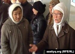 Су тасқыны кезінде үйінен айырылған тұрғындар. Орал, 27 қазан 2011 жыл.