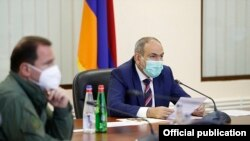 Armenia -- Prime Minister Nikol Pashinian speaks at a meeting with Defense Minister Davit Tonoyan (L) and top Armenian army generals, Yerevan, July 18, 2020.