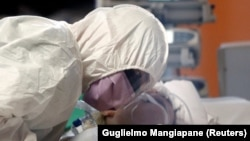 Лікар біля хворого від коронавірусу. Рим. Італія, 24 березня 2020 року