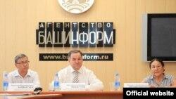 Дөнья башкортлар Корылтаерәисе Әмир Ишемголов (уртада), профессор Фирдәвес Хисаметдинова, тарихчы Нурислам Калмантаев.