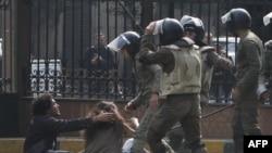 صحنه درگیری معترضان با نیروهای امنیتی حوالی میدان التحریر قاهره در روز جمعه