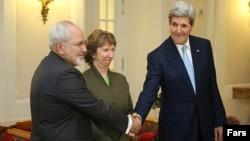 Иран сыртқы істер министрі Жавад Зариф (сол жақта), Еуропа Одағы делегациясының жетекшісі Кэтрин Эштон (ортада) және АҚШ мемлекеттік хатшысы Джон Керри (оң жақта). Вена, 21 қараша 2014 жыл.