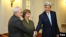 Javad Zarif, Catherine Ashton (në mes) dhe John Kerry (djathtas) gjatë bisedimeve atomike në Vjenë