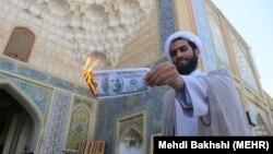 İran ruhaniləri ABŞ-a etiraz olaraq dollar yandırırlar