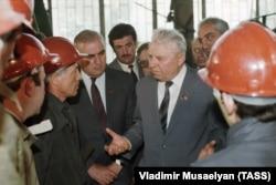 Егор Лигачёв во время посещения Тбилисского электровозостроительного завода имени В.И. Ленина, 1987 год