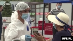 У пункта сдачи теста на коронавирус в Алматы в разгар эпидемии. Июнь 2020 года.