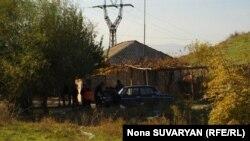 Цыгане беседуют у дома. Грузия. 2010