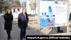 Глава парламента Крыма Владимир Константинов возле стенда яхтсмену Максиму Оберемко