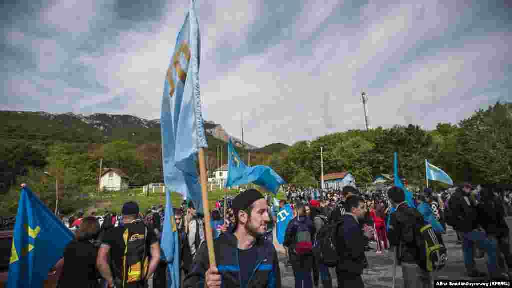 Крымские татары поднимаются на гору Чатыр-Даг в канун Дня депортации, 13 мая
