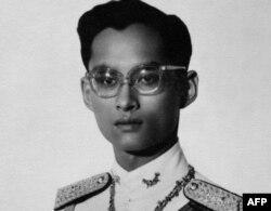 Король Пхумипон Адульядет в день его коронации в 1950 году
