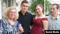 Из семейного архива. Лилия Дадина на выпускном с мамой и братьями
