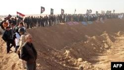 محتجون عراقيون خارج معسكر أشرف يطالبون بإغلاقه