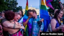 Pjesëtarë të komunitetit LGBT para Shtëpisë së Bardhë, gjatë një ceremonie përkujtimi për personat e vrarë në klubin e natës në Orlando