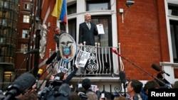 Джулиан Ассанж на балконе посольства Эквадора в Лондоне, 5 февраля 2016