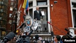 Julian Assange Ekvador səfirliyində.