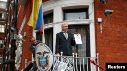 Джулиан Ассанж на балконе посольства Эквадора в Лондоне