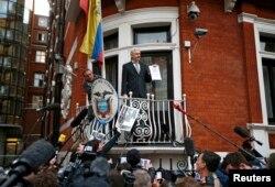 Джуліан Ассанж на балконі посольства Еквадору в Лондоні рік тому