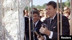 """АҚШ-тың бұрынғы президенті Рональд Рейган """"Берлин қабырғасын"""" бұзу рәсімін жасап тұр. Шығыс Берлин, 12 қыркүйек 1990 жыл."""