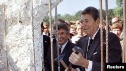 Рональд Рейган Германияны экиге бөлгөн Берлиндеги бийик дубалды бузуу учурунда, 12-сентябрь, 1990.