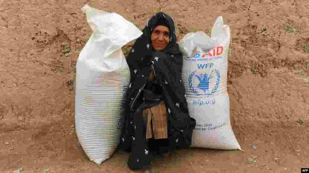 Афганка получила гуманитарную помощь.