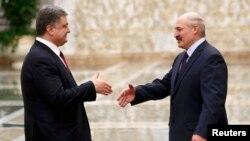 Presidenti i Ukrainës, Petro Poroshenko, pritet nga presidenti i Bjellorusisë, Alyaksandr Lukashenka, në Minsk. 11 shkurt 2015